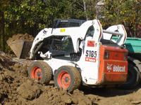 Бобкат за разстилане на почва